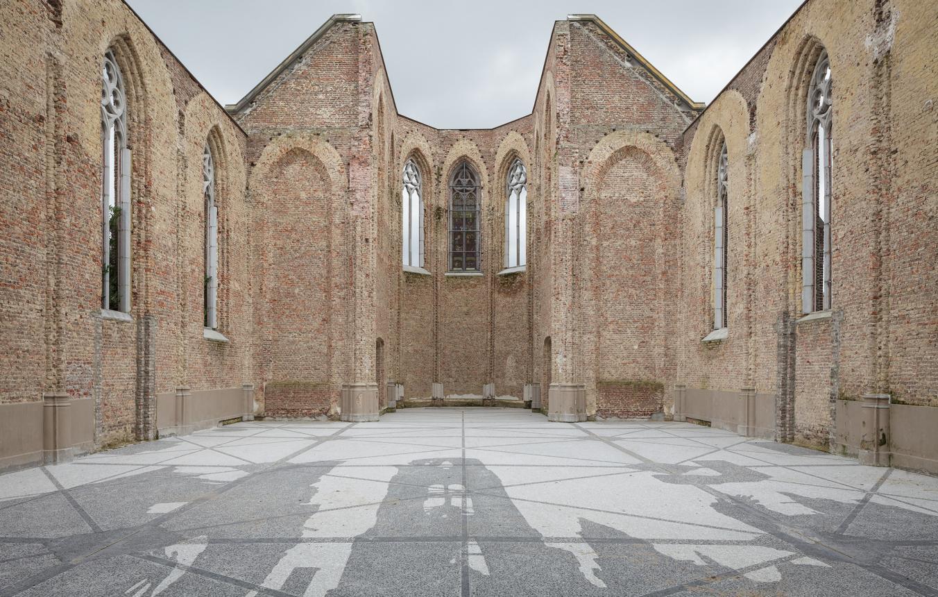 kerk van Bossuit, kunst werk 'Repeat, Sint Amalberga Bossuit' van Ellen Harey uit 2013 in de kerk van Bossuit