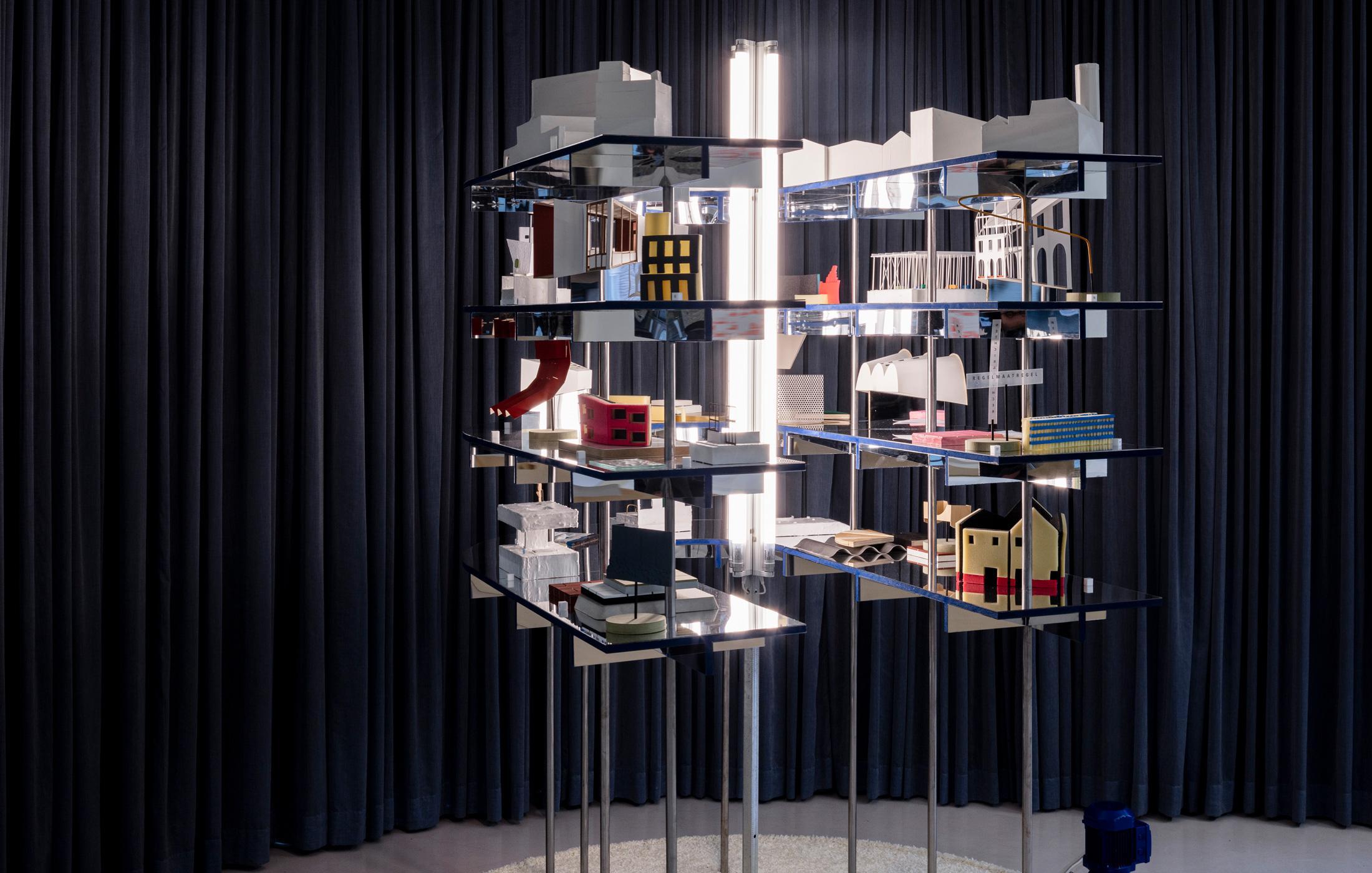 Wunderkammer. De draaiende installatie met de 'gebouwgezichten' van zeventien van deze projecten ontleed aan de hand van een of meerdere maquettes voor elk project.