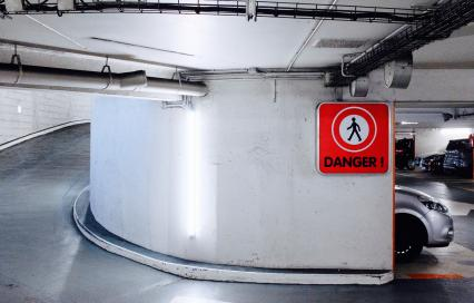 Ondergrondse parkeergarage met waarschuwingsbord voor gevaar voor voetgangers